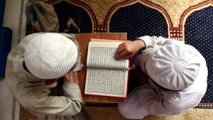 Pakistanilaispojat lukemassa Koraania moskeijassa Karachissa.