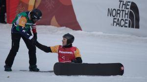 Matti Suur-Hamari sai onnittelut yhdysvaltalaiselta Keith Gabelilta finaalilaskun jälkeen.