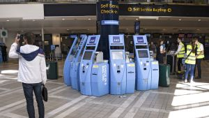 Lentoaseman lähtöselvitysautomaattieja Arlandan lentokentällä Tukholmassa.