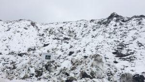 Lielahden vastaanottopaikan juurelta kohoava lumivuori