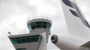 Helsinki-Vantaan lentoaseman lennonjohtotorni.