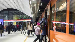 Ihmisiä menossa metroon Matinkylän asemalla.