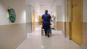 Pyörätuolilla sairaalan käytävällä.