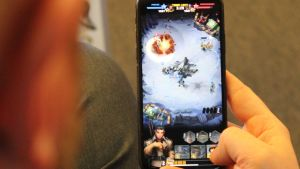 kännykkä kädessä, mobiilipeliä pelataan, mobiilipeli, pelifirma, peliteollisuus, Nitro Games, peliala