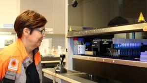 Vanhempi tutkija Kirsi Partti-Pellinen työssään Stora Enson tutkimuskeskuksen DNA-laboratoriossa.