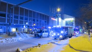 Pelastuslaitos sammuttamassa tulipaloa Intersportin kiinteistössä Kuopion keskustassa.