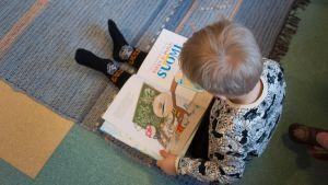 Päiväkodin poika lukee Tatua ja Patua.