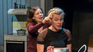Anna Pitkämäki ja Santra Juoperi näyttelevät Paha äitipuoli -näytelmässä.