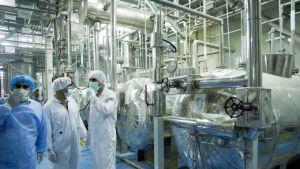 Tarkastajia Iranilaisessa ydinvoimalassa.