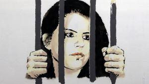 Piirustus naisen naamasta, nainen pitää kiinni kaltereista, yksi niistä onkin kynä.