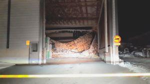 Keitele Forestin varastohalli ja romahtanut katto