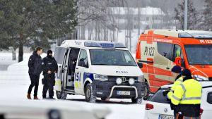Poliiseja ja ambulanssi Pirkkalassa tiistaina 20. maaliskuuta.