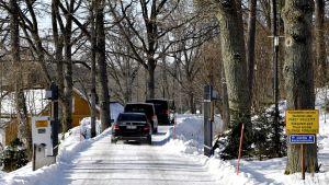 Mustat autot ajavat sisään Königstedtin portista sisään kartanon alueelle 21. maaliskuuta.