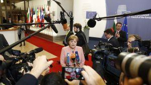 Saksan Angela Merkel kameroiden ympäröimänä.