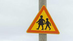 Tolpassa lapsista varoittava liikennemerkki