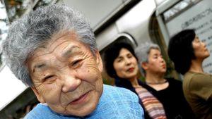 Arvioiden mukaan 65-vuotiaat ja tätä vanhemmat muodostavat noin 38 prosenttia Japanin väestöstä vuonna 2065.