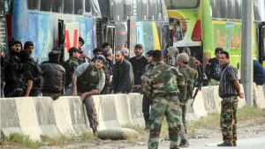 Kapinallistaistelijat odottavat kuljetusta Harastan kaupungissa.