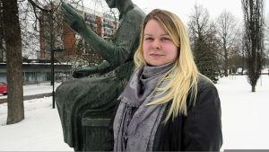 Sofia Suojoki Kehrääjätyttö-patsaan äärellä Forssan keskustassa