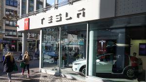 Teslan myymälä Frankfurtissa.