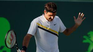 Roger Federer levittelee käsiänsä.