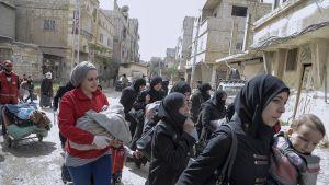 Siviilejä evakoidaan Itä-Ghoutan alueelta 24. maaliskuuta.