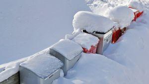 Postilaatikoita lumen seassa.