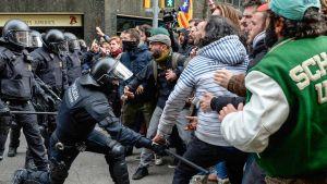poliisi pamputtaa mielenosoittajia