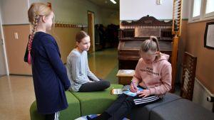 Oppilaita koulun kirjastossa