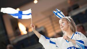 tyttö heiluttaa suomen lippua