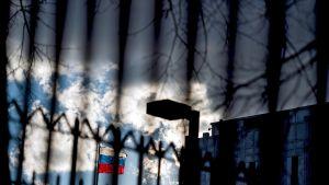 Venäjän lippu liehuu rautakaltereiden takana.