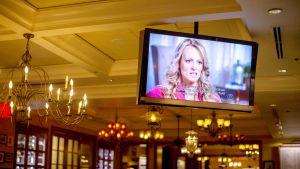 Stormy Daniels television ruudussa washingtonilaisessa kahvilassa.