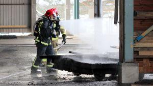 Palomiehet sammuttavat tulipaloa Mikkelissä tehdasalueella