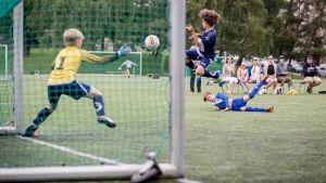 Maalitilanne nuorten jalkapallo-ottelussa.