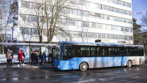 bussi pysäkillä