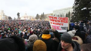 Kaupungin asukkaat osoittivat mieltään Kemerovon keskusaukiolla 27. maaliskuuta.