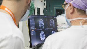 Robotin avulla tehtävä aivoleikkaus Töölön sairaalassa.