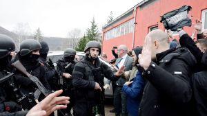 Poliisit ja serbinationalistit ottavat yhteen Kosovan Mitrovicassa.
