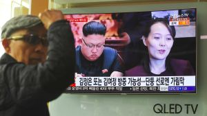 Eteläkorealaiset seuraavat rautatieaseman televisiosta Kim Jong-unin Kiinan vierailua.
