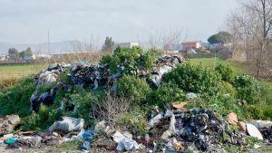 jätteitä sotkuisella pihalla
