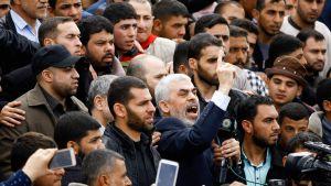 Hamas-järjestön johtaja Yahya Sinwar huutaa iskulauseita mielenilmauksessa Gazassa 30. maaliskuuta.