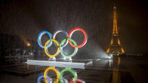 Olympiarenkaat Eiffel-tornin edessä iltavalaistuksessa.