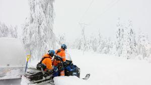 Asentajat menossa korjaamaan sähkölinjoja Hyrynsalmen Kytömäessä. Sähköasentajat korjasivat lumen vaurioittamia sähkölinjoja Hyrynsalmen Kytömäessä tammikuussa.