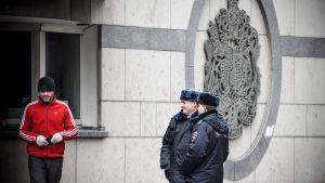 Venäläiset poliisit partioivat Britannian suurlähetystön edustalla Moskovassa