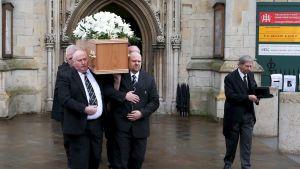 Stephen Hawking arkkua kannetaan kirkosta ulos.