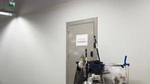 siivoukärryt siivoojien taukohuoneen edessä