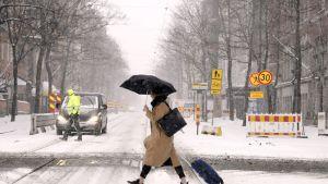 Jalankulkijoita lumipyryssä Helsingissä.