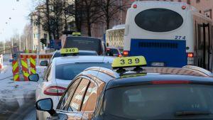 Taksit jonossa Itsenäisyydenkadulla