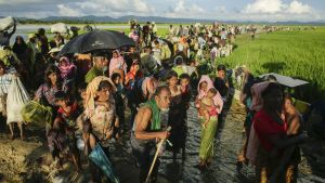 Satoja rohigya-pakolaisia siirtymässä Myanmarista Bangladeshiin lokakuussa 2017.