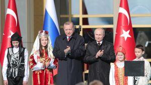 Presidentit Erdogan ja Putin presidentinlinnan edustalla Ankarassa 3.4.2018.