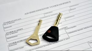 Vuokrasopimus ja avaimet.